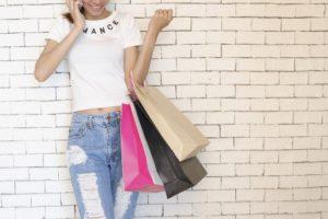 shoppingする女性